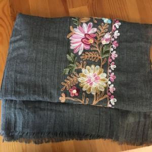 モロッコ花刺繍のストール届く