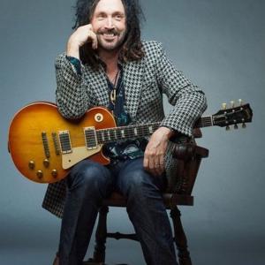マイク・キャンベルは、トムペティの相棒ギタリストでプロデューサー