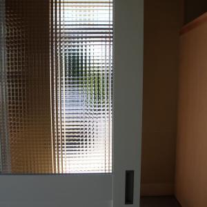 チェッカーガラスのドア@名作家具が息づく家