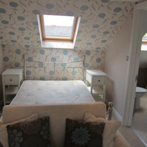 (243)斜めの壁のある寝室