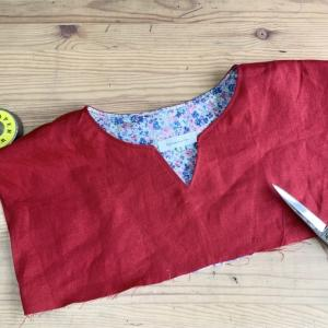 今日は、赤いワンピースを縫っています♫