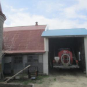 古い牛舎の屋根の工事もしてました。