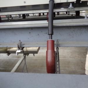 市内の保険会社の屋上で配管設備の塗装を