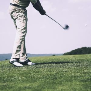 ゴルフスイングで身体の軸をずらさないで踏み込むという感覚を体感する方法
