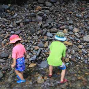 郡川で水遊び