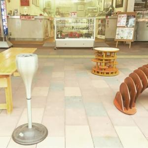 当店の前の灰皿とベンチをご利用下さい!