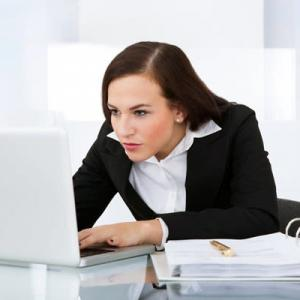 眉間に深いシワ…スマホやパソコンの見つめすぎにご注意を
