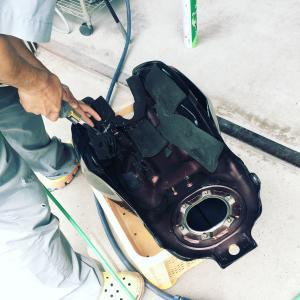 板金!!ガソリンタンク裏を切ります。