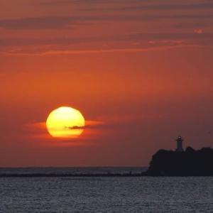 朝陽と灯台だけの海