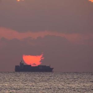 朝陽を積んだコンテナー船