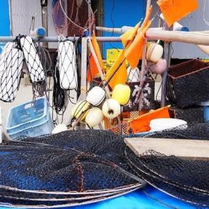 河岸に置かれた漁具