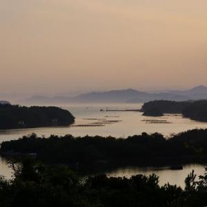 湾口の遠くの海山