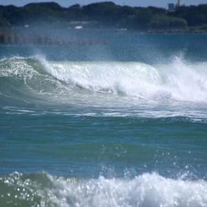 飛沫飛ぶ白波