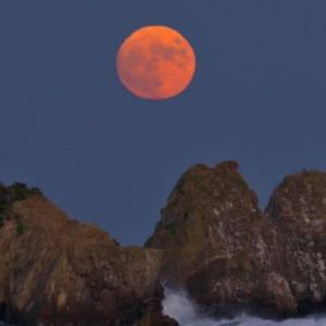 三嶋山と赤い月