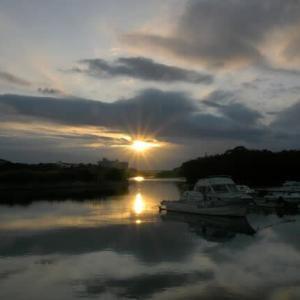 重い空に一瞬の夕陽