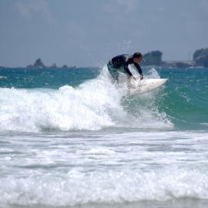 波頭滑走するサーファー