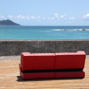 浜のソファー