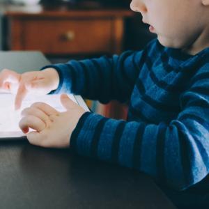 子供のスクリーンタイムは制限すべき?