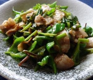 豚肉と青唐辛子の辛炒め~成都料理の事前に豚肉を茹でるバリエーション/農家小炒肉(ノンジアシャオチャオロウ)