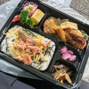 【お昼ごはん】公園で、鮭めし弁当~♪