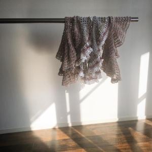 かぎ針編みのケープを編んで洗って干しています。