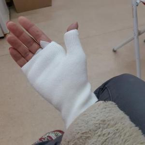 右手の筋痛めました・・・
