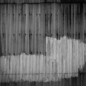 謎を呼ぶ赤錆波板トタン