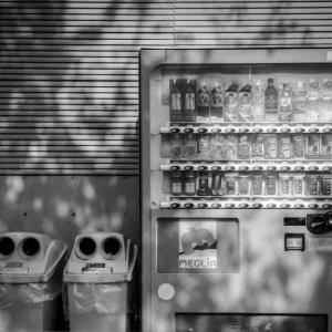 西日を耐え忍ぶ自販機