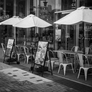 人待ち顔のオープンカフェ