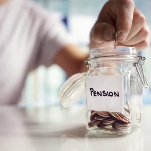 スペイン、年金額。今年定年の場合給与の大体8割。2050年定年者は49.2%。年々減額。