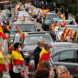 スペイン、IMFの経済予想据え置き。国王と憲法支持者たちによる「国王万歳」運動。