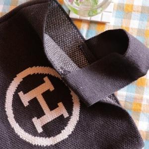 【秋ファッション】SNSで話題!ロゴが可愛いオシャレなニットバッグ♪