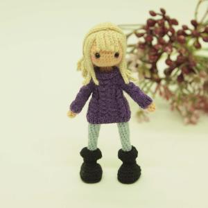 紫セーターの女の子