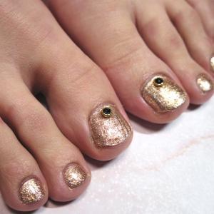 フットネイルの季節がきたー!!ゴールド一色で、足元華やかなデザイン♡