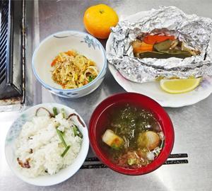 ランチ日記:魚の包み焼き、切干大根の中華サラダ、山菜おこわ、とろろ昆布の汁物