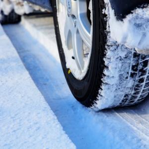 スタッドレスタイヤの寿命の見分け方と年数や走行距離での交換目安