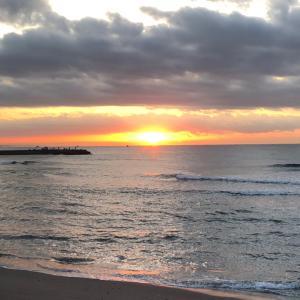 小波ですが夜明け前からサーフィン