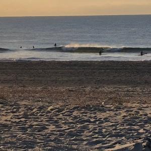 冬晴れ日曜日 サーフィン楽しむ