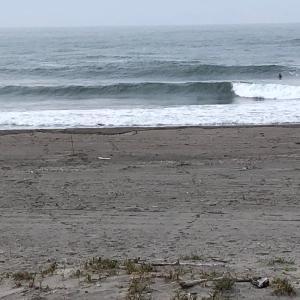 月曜日早朝サーフィン チンさんVS JーSURF