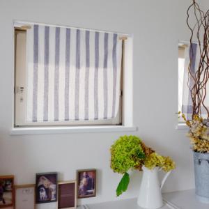 小さな窓にイケアのキッチンクロスでカーテンをつけました