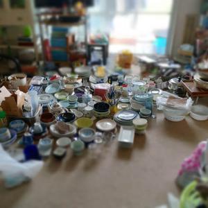 (※汚部屋片づけ) 大量の食器を居間に広げて選って捨てて…。