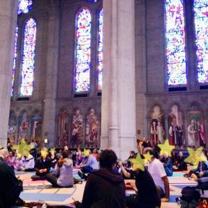 グレース大聖堂で生演奏の音を浴びながらヨガ体験ツアー