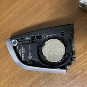 キー消耗と表示されたのでBMW 530iのリモートコントロール・キー電池交換をしました(*^^*)電池の種類と交換手順レポート。
