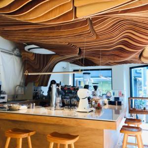 アーティスティックな天井のカフェ Perception