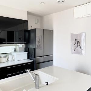 シンプルすぎるキッチンがポスター1枚で素敵空間に♡