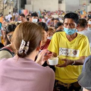 フィリピン 財閥企業がタール火山噴火の避難者に寄付!!