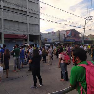 フィリピン 【動画あり】公共交通機関なく警察のトラックに人だかり。。。