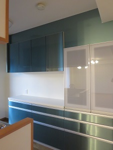 キッチン吊り戸棚下の空きスペースを収納に有効活用|スライドバスケットと伸縮式トースターラック
