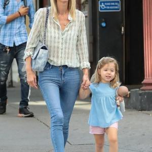 【富豪のパパにそっくり…!?】ニッキー・ヒルトンが娘のリリー・グレースと手をつないでお出かけ!Nicky Hilton walks hand-in-hand with daughter Lily Grace