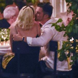 【肩を抱いてキスしてラブラブ…!?】ケイティ・ペリーとオーランド・ブルームが友人のウェディングディナーに出席!Katy Perry shares a kiss with fiancé Orlando Bloom